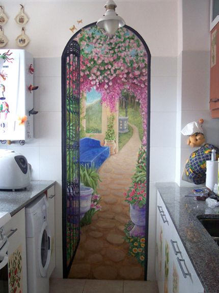 Tromp l´oeil mural in the kitchen. Mural trampa al ojo de patio español en la cocina.
