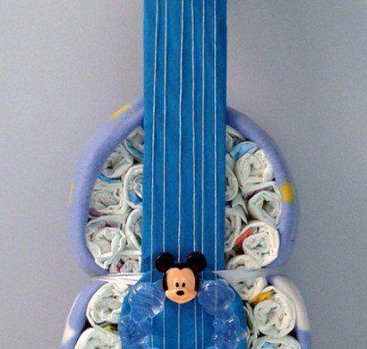 windeltorte-basteln-anleitung-babygeschenke-geburt-gitarre