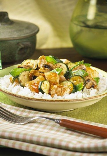 Hähnchenpfanne mit Zucchini-Gemüse: http://www.gofeminin.de/kochen-backen/kalorienarme-gerichte-d59359c663032.html