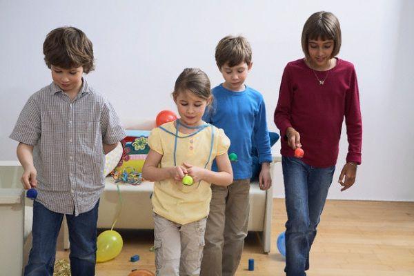 Ecco di seguito le istruzioni per una caccia al tesoro per bambini dai 6 ai 10 anni, cioè della scuola elementare: si può giocare sia all'aperto che in casa. I bambini vanno organizzati in squadre con almeno un adulto o un bambino più grande che li coordini.