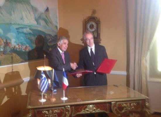 Ελληνογαλλική εκπαιδευτική συνεργασία σε σχολεία πρωτοβάθμιας και δευτεροβάθμιας   13-05-16 Ελληνογαλλική εκπαιδευτική συνεργασία σε σχολεία πρωτοβάθμιας και δευτεροβάθμιας Σήμερα Παρασκευή 13 Μαΐου στην Πρεσβεία της Γαλλίας στην Αθήνα υπογράφηκε η συμφωνία μεταξύ του Υπουργείου Παιδείας και της Ακαδημίας Παρισίων καθώς επίσης και το πλάνο δράσης για τη συνεργασία σε πρώτη φάση οκτώ ελληνικών σχολείων όλων των βαθμίδων με τα αντίστοιχα γαλλικά σχολεία. Ο υφυπουργός Παιδείας Έρευνας και…