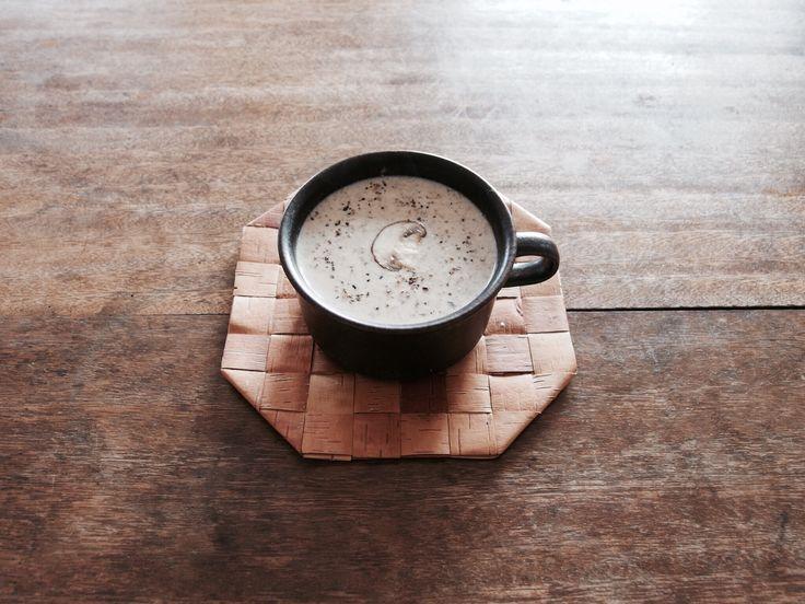 マッシュルームのスープ¥600。たくさんのマッシュルームを使ったスープです!食感を大切にして丁寧に仕込みました。玉ねぎの甘味と牛乳のまろやかさが合わさり、大人からこどもまでが食べやすい優しい味付けになっています。具だくさんで食べ応えもばっちりです!<kamono cafe>