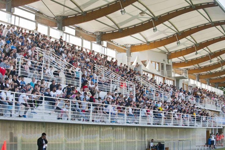 Na snímke fanúšikovia a diváci počas tréningu slovenskej futbalovej reprezentácie v tréningovom centre.   Nový Čas