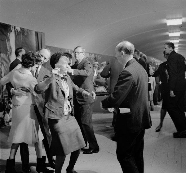 Invigning av tunnelbanan 1964. Siri Derkert och Hjalmar Mehr dansar | Spårvägsmuseet