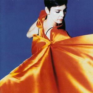 Avec Marítmo (1998), une nouveau très bel album d'Adriana Calcanhotto, peut être le plus abouti de sa première partie de carrière. Résolument Pop, électrique (guitare) et électronique, Marítmo se tourne vers l'électro-Pop (facile de faire le parallèle...