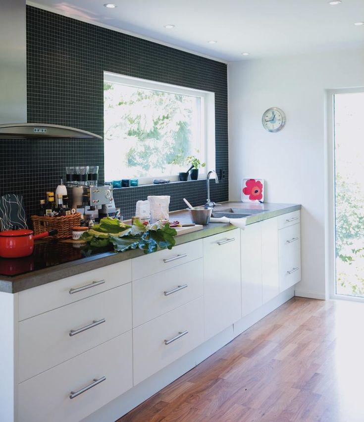 Hur gör man för att bäst bevara ett halvgammalt hus,  och  ändå  ge det  en   modernare form?   Med hjälp av nya  fönster och rivna väggar  fick familjen Steens 60-tals villa nytt liv.