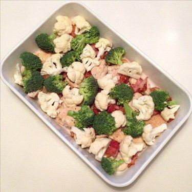 recept på het kycklinggratäng. Lätt att tillaga och god bara som den är eller med sallad till. Gratäng: 3-4 st kyckling 2 paket bacon 2 st vitlöksklyftor 1 broccoli 1 liten blomkål 1-2 tsk sambal oelek 2 msk tomatpuré 5 dl Créme fraîche 1 dl grädde salt/peppar 100g riven ost Gör såhär: Skär kycklingen i bitar och stek med salt/pappar och vitlök. Stek bacon knaprigt. Lägg kyckling och bacon i en ugnsfast form Skär blomkål och broccoli...