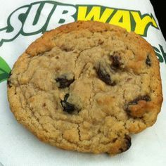 Subway Oatmeal Raisin Cookies Recipe - http://www.copycatrecipeguide.com/How_to_Make_Subway_Oatmeal_Raisin_Cookies