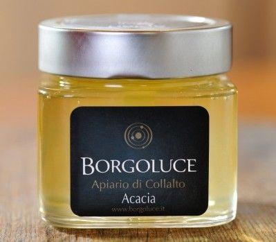 Le colline incontaminate di Collalto, uno spazio verde, lontano dai centri urbani, 250 ettari di bosco in cui dominano le profumatissime acacie. È qui che le api raccolgono il nettare, il polline e l'acqua da cui nasce il miele d'Acacia.  Il miele L'acacia (nome scientifico: robinia pseudo-acacia) è la regina degli alberi da cui le api ricavano il miele. Diffusa nei boschi del centro-nord Italia, regala ogni anno, a maggio, lo spettacolo dei suoi fiori bianchi, dal profumo intenso e dolce…