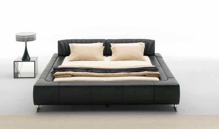 """""""DS 1165"""" signé de Sede - lit bas en cuir noir, table chevet assortie, lampe design et literie beige"""