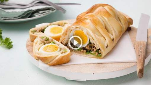 Gooi je vlechtkunsten in de strijd in de keuken en pimp de Paastafel met een traditioneel gevlochten brood. Wat heb je nodig: 1 rol kant-en-klaar ...