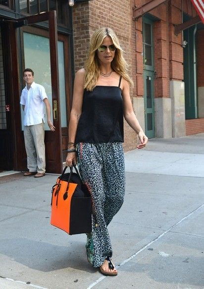 Heidi Klum wearing Birkenstock Gizeh sandals in Black Patent, Maison Scotch Printed Long Skirt, Michael Kors Miranda Colorblock tote in Orange,