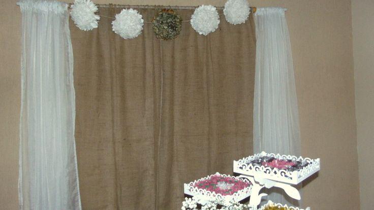 Cortina de juta, com pompom de papel seda.