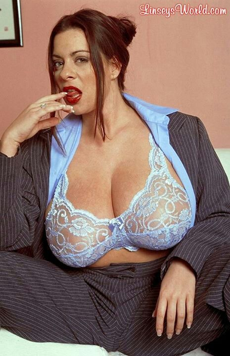 Блондинистая русская сучка порадовала сантехника минетом за отремонтированный кран - смотреть порно.