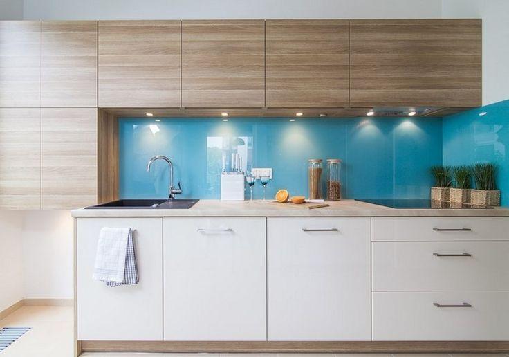 himmelblauer Glas Spritzschutz, weiße Fronten und Holz Fronten