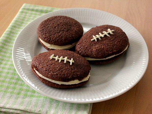 Der har lige været Super Bowl, og amerikanerne er altså virkelig gode til at fejre det. Jeg havde set et hav af forskellige kager formet som en amerikansk fodbold, men da jeg så billeder af Whoopie…