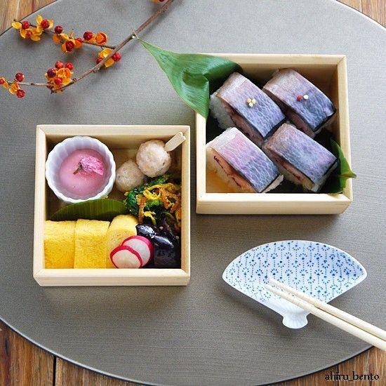 また#お花見 弁当みたいな#お弁当  最近こういうのが作りたくて仕方が無いのです(*´∀`*) . . 焼きしめ鯖寿司 さっと〆た鯖の上には、桂剥きをして紫キャベツでほんのりピンクに染めた大根を乗せました。 . おかずは玉子焼き、鶏つくね団子、茄子のソテー、タアサイと人参菊花の胡麻和え。 . 花粉がもう飛んでる~ヽ(´Д`;≡;´Д`)ノ . 今日も頑張ろう!! #igersjp