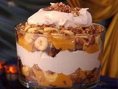 Рецепт десерта трайфл с кофе и бананом. Понадобится: 250мл молока, 150мл сливок 33%, 100мл кофе, 120г бисквитного печенья, 3 яйца, 2 банана, по 2 ст.л. миндального ликера и ванильного сахара, 2 ч.л. кукурузного крахмала