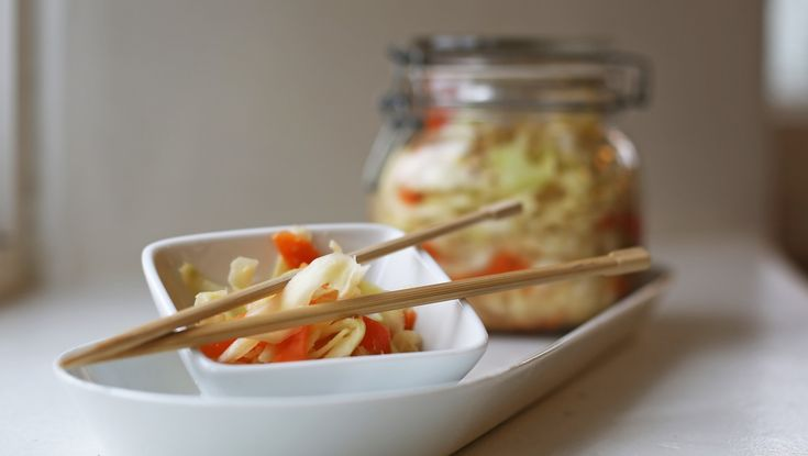 Fermenterte grønnsaker – kimchi – regnes som Koreas nasjonaltrett. Grønnsakene på glass smaker godt i nudelretter, supper og sammen med svinekjøtt. Foto: Mari Rollag Evensen / NRK