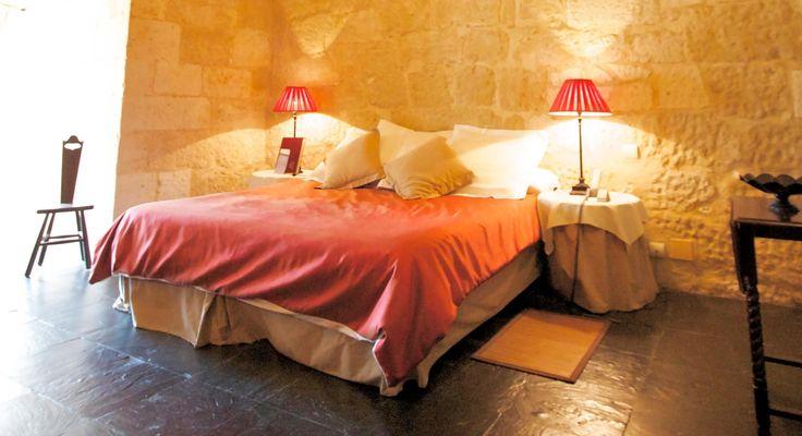 Castillo De Buen Amor Hotel 4*. Hotel con encanto en Salamanca, un castillo romántico y especial. Un paseo por un laberinto francés, una copa de vino en la Torre del Homenaje, una habitación con terraza privada, habitaciones abovedadas o un baño relajante acompañado de flores y champán. Descubra una nueva forma de relajarse, desconectar y vivir una experiencia única en pareja. Experiencias inolvidables