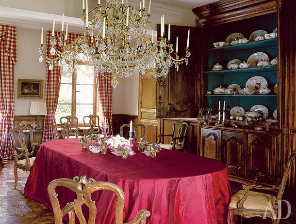 Парадная столовая. Стулья, буфет и люстра — французские, XVIII век.