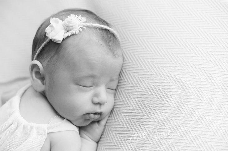 newborn Sofia: As fotos newborn devem ser realizadas nas três primeiras semanas de vida. Por isso, recomendamos agendar o ensaio newborn antes do nascimento: nosso estúdio-boutique atende apenas um recém-nascido por dia e por isso nossa agenda é apertada!! E com os bebês não dá para ter pressa, não é mesmo? Gosto de me adaptar ao ritmo do bebê e as vezes eles podem demorar um pouco nas mamadas. Quero que este dia seja gostoso e lembrado para sempre com muito carinho!