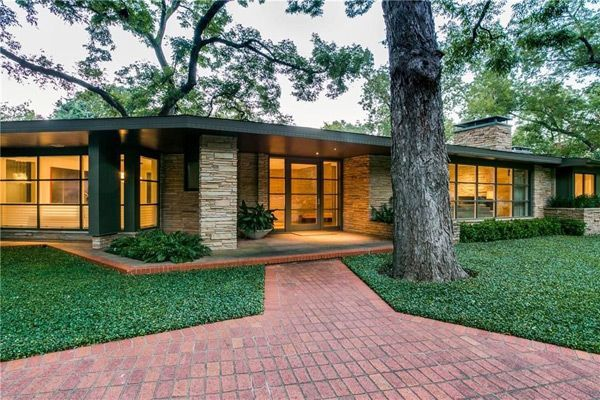 This amazing mid century Dallas home by Charles Dilbeck is currently on the market. This is a big fella 5,500q ft of excellent MCM dream home.