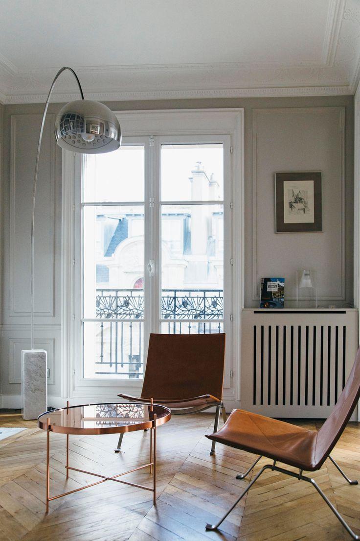 L'architetto francese Camille Hermand reinventa con colori e arredi contemporanei un appartamento haussmaniano nel centro di Parigi