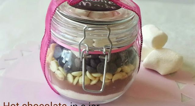 Warme chocolademelk in een pot