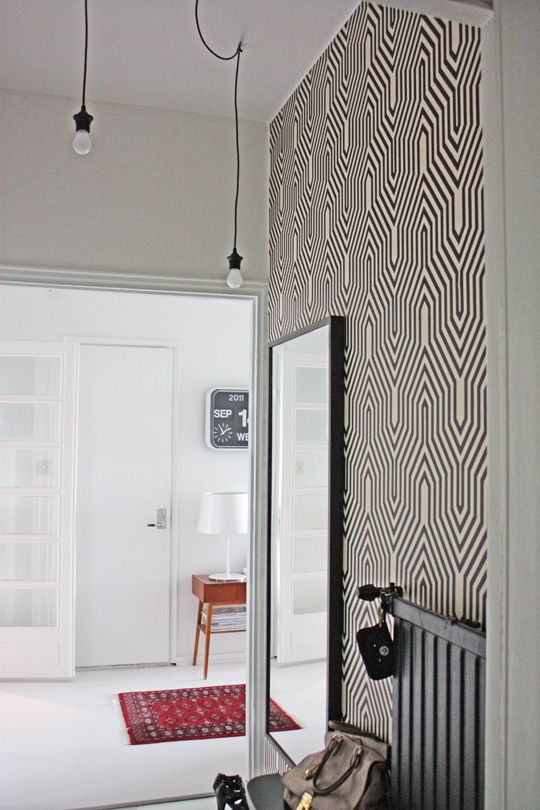 Such a cool graphic wall paper is perfect for a small(ish) wall in the entrance.