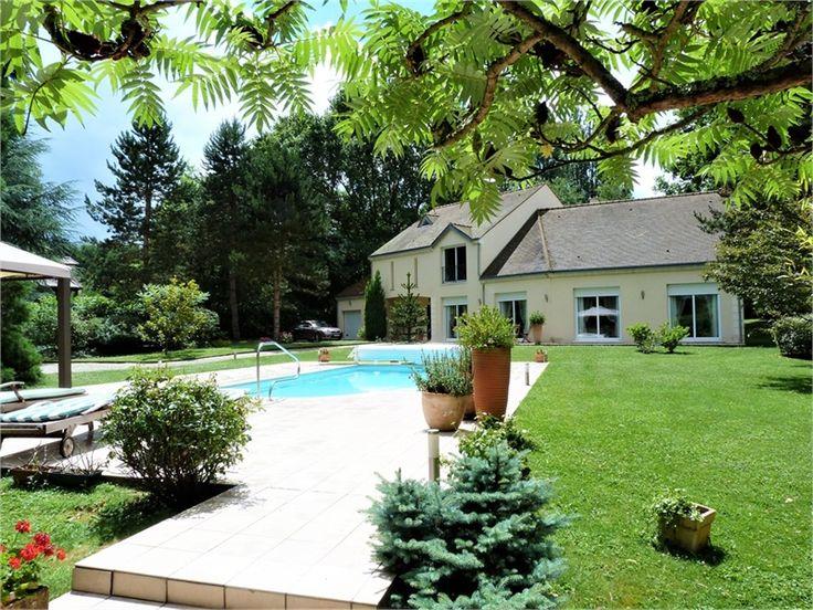 Maison contemporaine à vendre chez Capifrance à Montfort L'Amaury.    > 350 m², 10 pièces dont 5 chambrees.     Plus d'infos > Laurence Gautret, conseillère immobilière Capifrance.