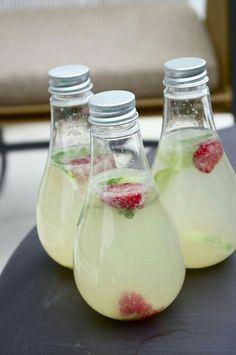 Mojito sans alcool Citron framboise 1 litre d'eau gazeuse - 5 citrons verts - 2/3 branches de menthe - 4 cuillères à soupe de sirop de sucre de canne - une dizaine de framboises Dans un saladier, verser l'eau gazeuse. Presser 4 citrons ajouter à l'eau. Verser avec le sirop de sucre de canne. Ciseler la menthe et trancher le dernier citron, ajouter ainsi que les framboises réserver jusqu'au frais jusqu'au moment de servir