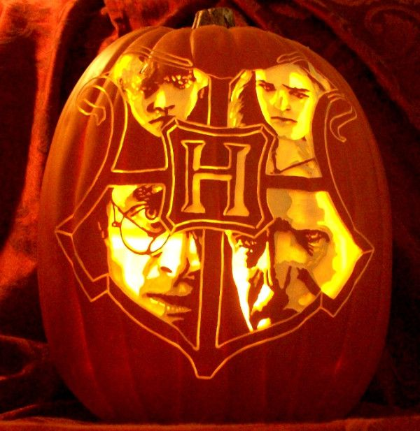 Hogwarts crest carve by The Pumpkin Geek with Ron, Hermione, Harry, and Voldemort. #harrypotter