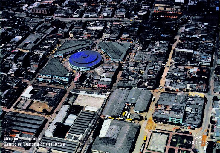En Mayo 21 de 1947, por medio del Acuerdo Municipal Nº 8, son aprobados los planos presentados por el Ingeniero José María Gómez Mejía, para el Pabellón Central de la Plaza de Mercado de Manizales.  Panorámica Sector Galerías Nuevas.