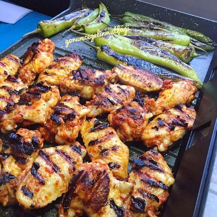 🙈🙈🙈 yeni aldığımız elektrikli ızgarayı denerken biz 😍😍 ürün #sinbo camli elektrikli ızgara  biz çok beğendik mangal tadında Tavuklar için 👍👍👍 Bizim akşam yemeği pisiyor çok şükür 🙏  Tavuklar fırın yerine elektrikli mangal da 😉 👉 Bizim sos değişmez  ister fırın olsun ister mangal olsun sos aynıdır çok güzeldir çok beğenilir 👍 ✔ 1 dis sarımsak - Tuz - toz kırmızı biber -  kekik -  karabiber -  kimyon -  1 yemek kaşığı biber salçasi -  2 kaşık kadar sıvı yağ -  3 kaşık kadar su…