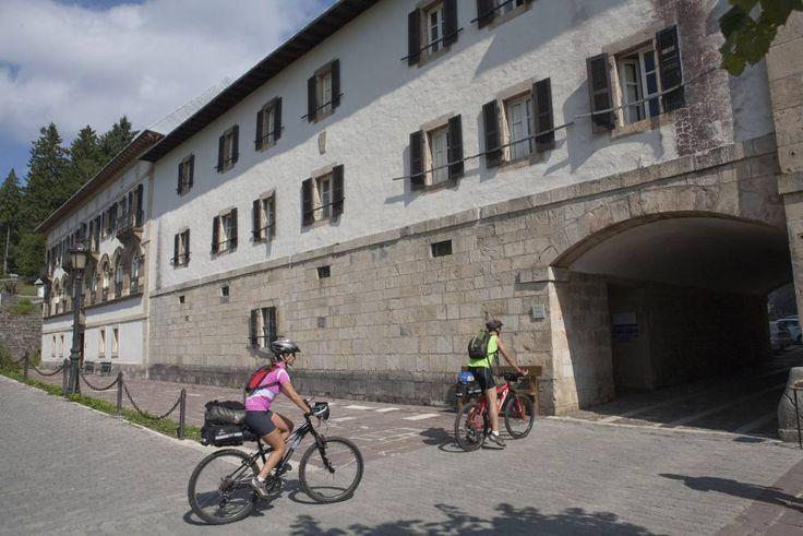 Peregrinos llegando en bici a Roncesvalles