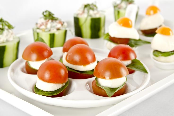Sanduchitos de tomate, queso y albahaca son una opción muy divertida y saludable.