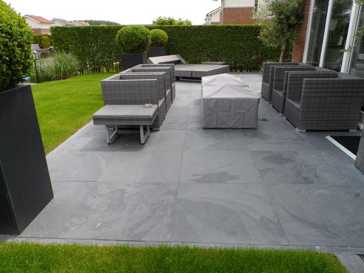 Lekker loungen, prachtige tuin met Leisteen Mustang black terrastegels, door Natuursteen Meterik.