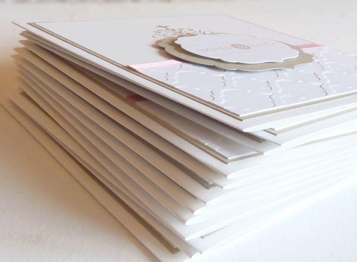festliche Hochzeitseinladung als Klappkarte  mit Papierprägung, Satinband, gestempeltem Ornament, Immer & Ewig, Sandra Kolb, www.samey.de., Samey Atelier Farbstil