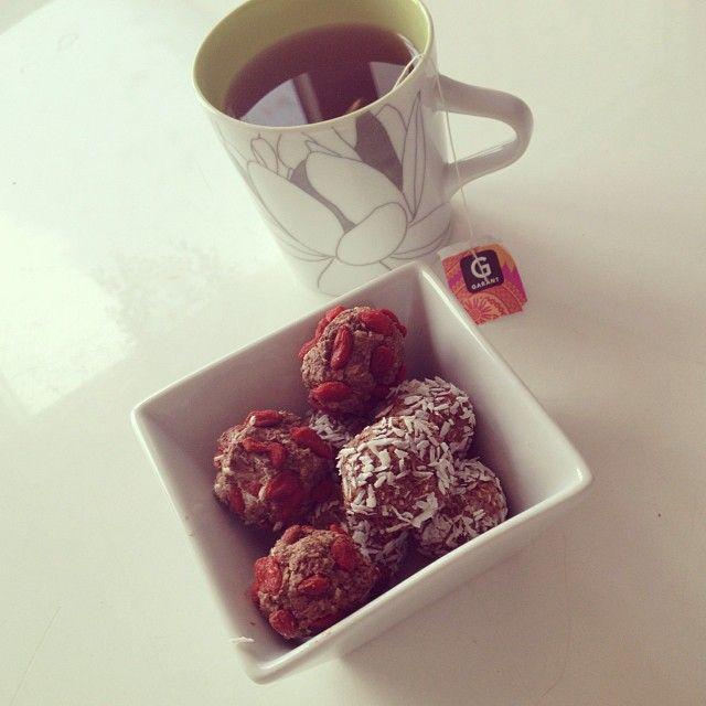 nyttiga chokladbollar!! ~Recept; 1.5 dl havregryn, 2 msk kakao, 2 msk sötning, lite kaffe/mjölk, 50 g kvarg, vaniljpulver ~