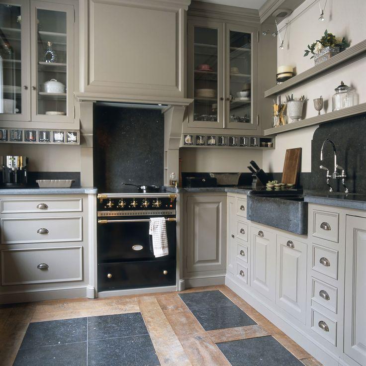 Cuisine sur mesure en bois peint, crédences, plan de travail et timbre d'office sur mesure en pierre bleue belge, mélange de teck ancien et pierre bleue au sol.