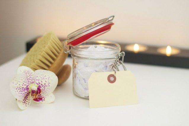 Il bicarbonato può essere un ottimo alleato della vostra routine di bellezza: un ingrediente semplice, naturale e low cost per la cura della pelle, dei denti, dei capelli e non solo. Ecco tutti gli utilizzi beauty del bicarbonato di sodio!