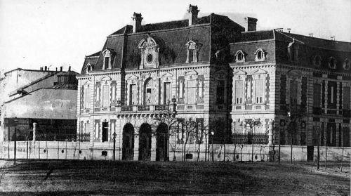 Palacio Plaza Colon. Este palacio afrancesado,  fue construido entre 1866 y 1870 por el arquitecto puertorriqueño Mariano Andrés Avenoza, en un amplio solar que había junto a la plaza de Colón, entre el Paseo de Recoletos y la calle de Génova.  Primero propiedad del duque de Uceda, luego del marqués de Salamanca y mas tarde de la duquesa viuda de Medinaceli.