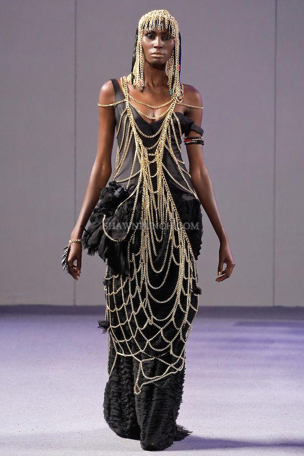 Mallissa kävelee kiitotie LaureLuxe Metal Couture Spring Summer 2013 -kokoelman Laurel DeWitt Cleopatra-kokoelmasta Couture Fashion Week -tapahtumassa New Yorkissa 17. syyskuuta 2012.