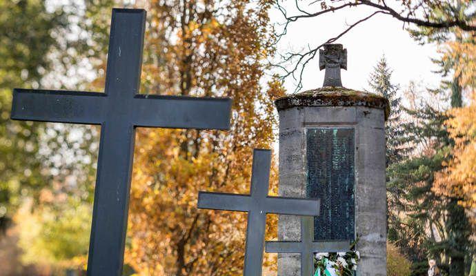 Grabsteine umgestoßen und Kreuze zerstört: Unbekannte schänden Gräber auf Friedhof - Nachrichten aus Baden-Württemberg | Aktuell bei PZ-news.de - Pforzheimer Zeitung