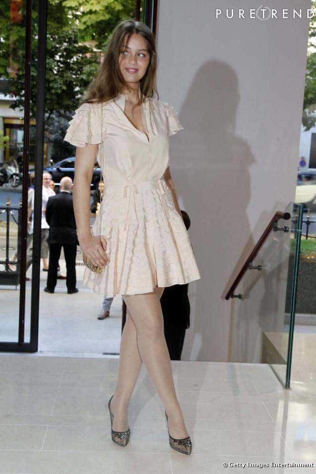 Bohème en robe pastel, Louboutin aux pieds, Marie-Ange met en valeur son teint de pêche, héritage familial.