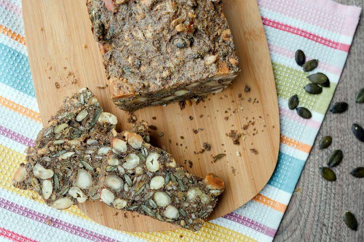 Heute gibt´s für euch ein ultraleckeres und schnell gemachtes Low Carb Brot mit Nüssen und Saaten, das ganz ohne Zucker und Mehl auskommt. Ich bin verliebt.