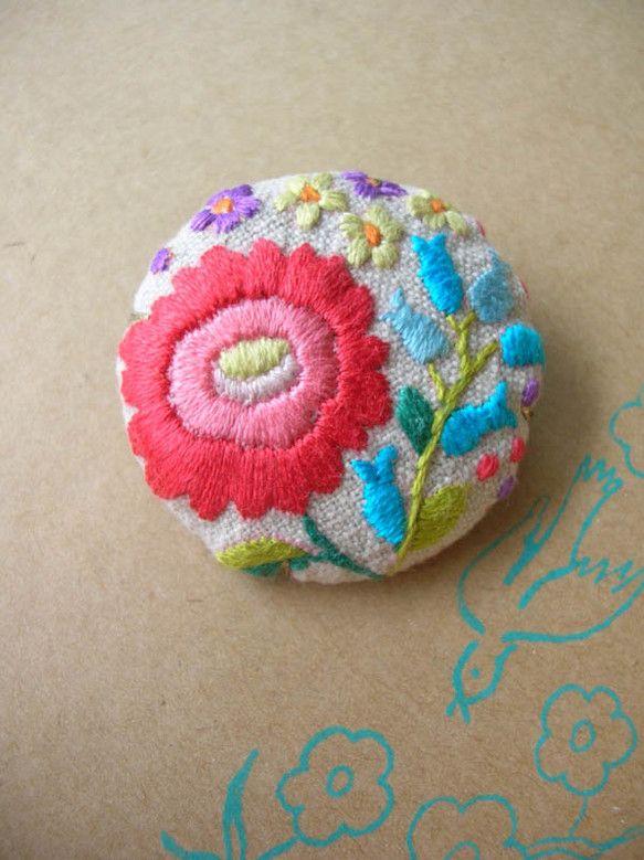布にチクチクとハンガリー刺繍を刺して作ったブローチ。一つ一つ柄が違います。|ハンドメイド、手作り、手仕事品の通販・販売・購入ならCreema。