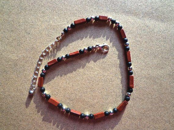 Deze enkelbandje heeft natuurlijke rode jasper edelsteen kralen in 6-8mm rechthoekige buizen. De baksteen rode edelstenen gelijkmatig verdeeld met 4mm zwart glaskralen mat en 4mm zilver verguld metalen parels.  Een zilveren vergulde extensie ketting 2(5cm) met de charme van een hart is gekoppeld.  Lengte: 11(27,9 cm) zonder extensie keten Gewicht: .2oz (7gm)  De enkel-armband komt cadeau verpakt en klaar voor het geven van.  Zie ankle Armbanden bij https://www.etsy.com/shop&#x...