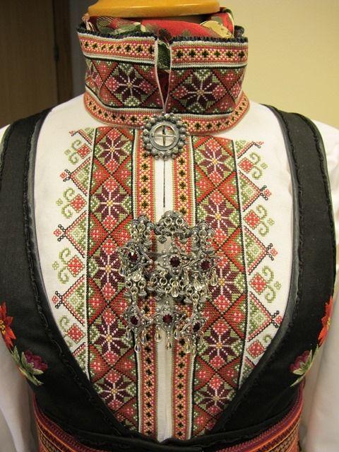 Beltestakkskjorte med Bøheradsring med røde steinar. Norway
